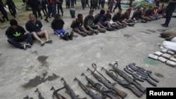 Miembros de la Fuerza Naval de Nicaragua recrean la escena de un arresto de traficantes de drogas durante un ejercicio de entrenamiento en el puerto de Corinto en la costa del Pacífico de Nicaragua 09 de agosto 2012.