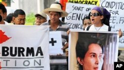 Members of Free Burma Coalition display posters of detained democracy icon Aung San Suu Kyi (R) during a protest in front of Burmese embassy in Manila, 19 Mar 2010 to denounce Burma's recently announced election law
