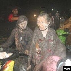 Para warga desa di Klaten mengungsi akibat Merapi kembali meletus.