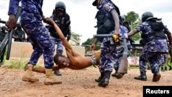 Umwe mu bigaragambya bashyigikiye umunyapolitike utavuga rumwe na Leta Bobi Wine, atwawe intambike na polisi ishinzwe guhoza imyigaragambyo. Aha byabereye mu Karere ka Luuka mu Burasirazuba bwa Uganda taliki 18,11, 2020.