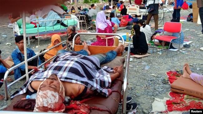 Las autoridades improvisaron camillas al aire libre para poder atender a los más de 200 heridos.