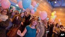 1일 크로아티아에서 동성결혼 합법화를 묻는 국민투표가 열린 가운데, 동성혼 반대자들이 합법화에 반대하는 투표 결과에 환호하고 있다.