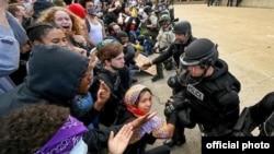 Amüerika polisi vətəndaşların qarşısında diz çöküb