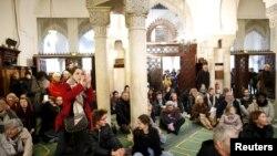 Une séance de prière membres de la communauté musulmane dans la Grande Mosquée de Paris, France, 10 janvier 2016.