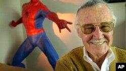 """漫画家""""漫威之父"""" 斯坦·李(Stan Lee)和他笔下的人物蜘蛛侠(2002年)"""