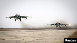Dua pesawat tempur Rusia, Sukhoi Su-25 lepas landas dalam latihan militer di Stavropol (foto: dok).