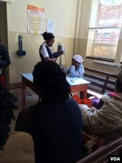 Umongikazi uhlola abagulayo eMpilo Hospital.