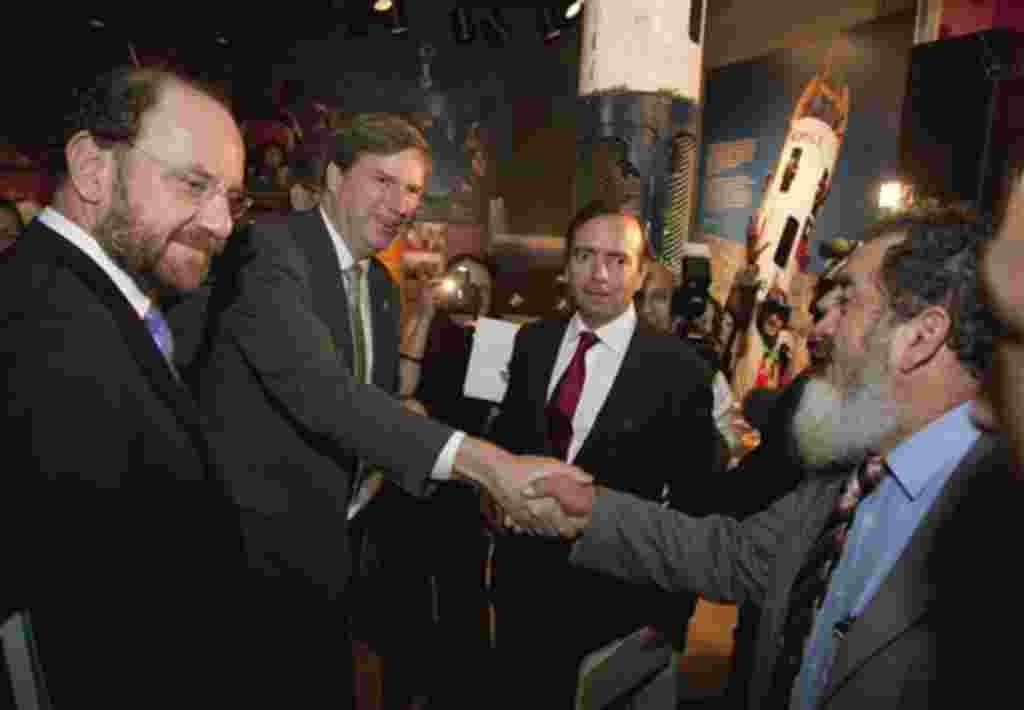 Cristian Samper, director del Museo de Historia Nacional del Smithsonian, saluda al minero Jorge Gallegillos, durante la inauguración de una exposición sobre los mineros que se realiza en Washington.