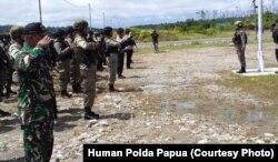Apel gabungan TNI-Polri melakukan apel pengamanan Pemilu 2019 lalu di Polsek Kenyam, Nduga (foto: ilustrasi).