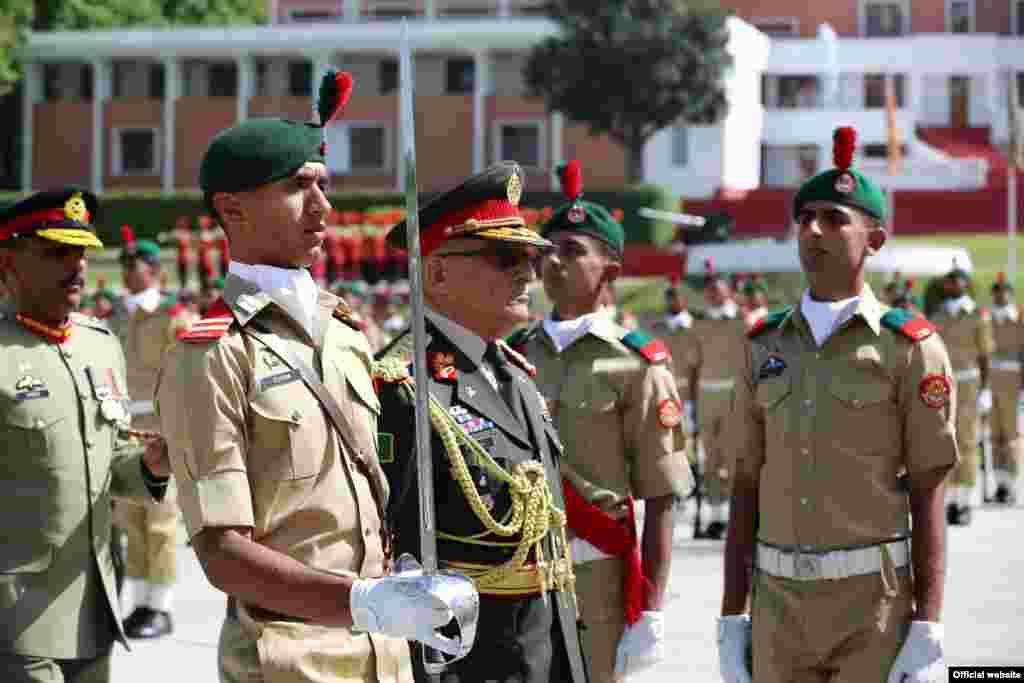 افغانستان کی فوج کے سربراہ جنرل شیر محمد کریمیکیڈٹس کی پاسنگ آؤٹ پڑید کے مہمان خصوصی بھی تھے۔