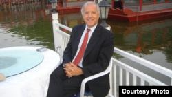 美中關係全國委員會會長歐倫斯2004年在北京后海(歐倫斯提供)