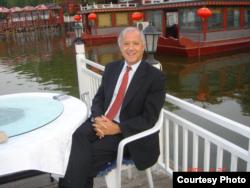 美中关系全国委员会会长欧伦斯2004年在北京后海 (欧伦斯提供)