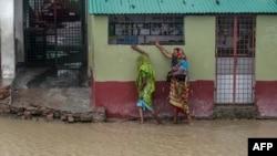 Jalanan di Dacope, Khulna, Bangladesh tergenang banjir setelah topan Amphan menghantam pesisir India dan Bangladesh, Rabu (20/5).