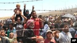 쿠드르 민명대와 이슬람 수니파 무장단체 ISIL의 교전을 피해 도망친 시리아 난민들이 15일 터키 국경 지역에 몰려있다.