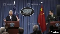 Američki sekretar za odbranu Čak Hejgel i njegov kineski kolega Čang Vanćuan na zajedničkoj konferenciji za novinare u Vašingtonu, 19. avgust, 2013.