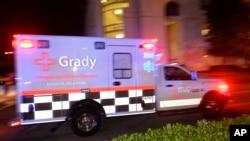 Una ambulancia traslada a la enfermera diagnosticada con ébola al hospital de la Universidad Emory.
