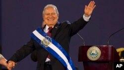 엘살바도르의 살바도르 산체스 세렌 신임 대통령이 1일 열린 취임식에서 지지자들에게 손을 흔들고 있다.
