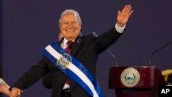 Ông Salvador Sanchez Ceren vẫy tay chào đám đông trong buổi nhậm chức Tổng thống tại San Salvador, El Salvador ngày chủ nhật 1/6/2014.