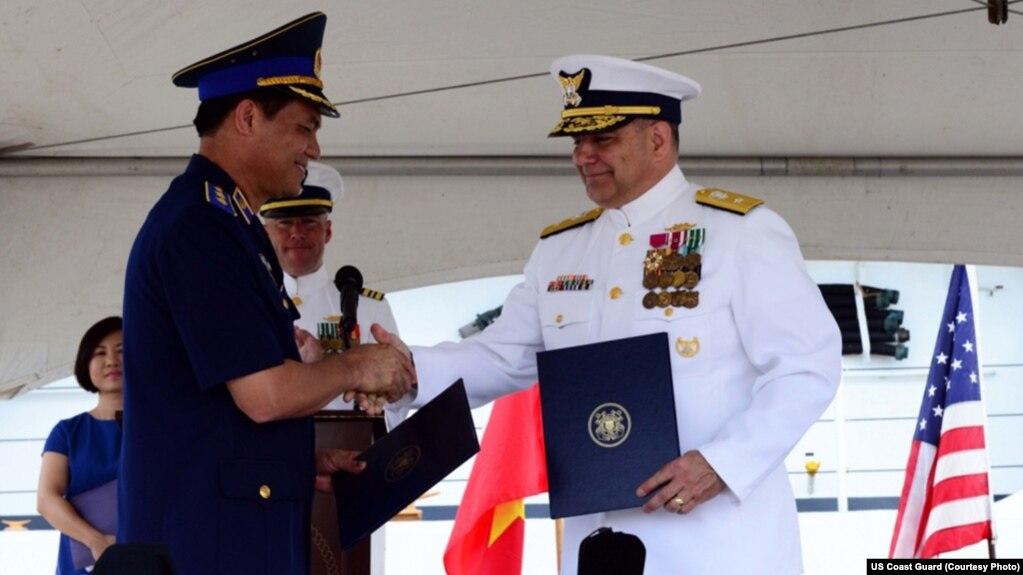 Lễ bàn giao tàu tuần duyên cũ, trọng tải cao của Tuần duyên Mỹ cho Việt Nam năm 2017.