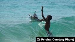 Menino brincando no mar. Cabo Verde