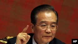 카타르 도하에서 기자회견을 하는 원자바오 중국 총리