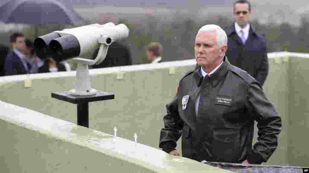 Le vice-président américain Mike Pence s'apprête à regarder en direction du nord à partir du poste d'observation Ouellette dans la zone démilitarisée (DMZ), près du village frontalier de Panmunjom, qui sépare les deux Corées depuis la guerre de Corée, le 17 avril 2017.