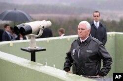 El vicepresidente de EE.UU. Mike Pence durante la visita a la zona desmilitarizada que separa las dos Coreas. Abril 17 de 2017.