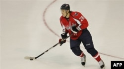 В атаке нападающий клуба НХЛ Washington Capitals Алексанр Семин