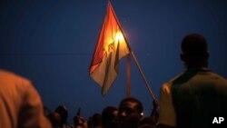 21일 부르키나파소 수도 와가두구에서 시위대가 국기를 들고 군부 쿠데타에 항의하고 있다.