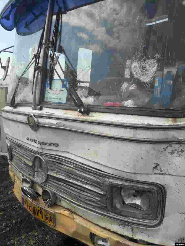 این تصویر اتوبوسی است که در محل درگیری پلیس و دراویش چند نفر را زیر گرفت. پلیس از مرگ ۵ مامور خبر داده است. دراویش نیز می گویند ۳۰۰ نفر از آنها دستگیر شده اند.