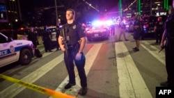 Anggota kepolisian menjaga barikade setelah penembakan terjadi di Dallas, negara bagian Texas.