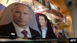 Des portraits du président russe Vladimir Poutine, du président syrien Bashar al-Assad et du dirigeant libanais du Hezbollah Hassan Nasrallah à Alep, au nord de la Syrie, 17 mars 2018.