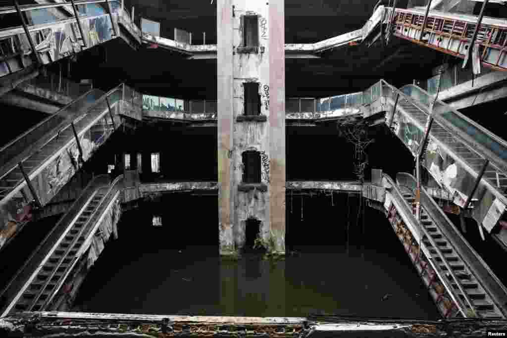 Một cửa hàng bách hóa bị bỏ hoang và ngập lụt ở Bangkok, Thái Lan.