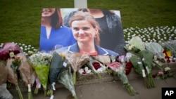Ảnh và hoa tưởng niệm bà Jo Cox, nhà lập pháp Anh vừa bị sát hại, bên ngoài Quảng trường Nghị viện tại London, Anh, ngày 17/6/2016.