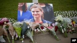 17일 영국 런던 의회 광장에 전 날 피살당한 조 콕스 하원의원을 추모하는 꽃다발이 놓여있다.