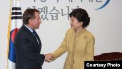 1일 한국 서울에서 에드 로이스 하원 외교위원장(왼쪽)을 비롯한 미국 하원 대표단을 접견한 박근혜 한국 대통령 당선인. (사진 제공: 에드 로이스 하원 외교위원장실)