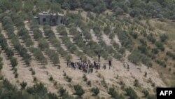 Grupa izbeglica iz Sirije ide prema granici sa Turskom