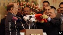 Abi Abdullah Salih görevi yeni Devlet Başkanı Abi Rabba Mansur Hadi'ye devrederken