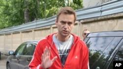 Lidè opozisyon an nan Larisi, Alexei Navalny, ki t ap salye patizan ak kòlèg li yo aprè li te fin kite prizon an nan Moskou jedi 14 jen 2018 la. (Foto: AP/Dmitry Serebryakov).