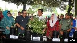 Menteri Pertanian Andi Amran Sulaiman (tengah), Gubernur Jawa Timur Soekarwo (kedua dari kiri) dan Yenny Wahid (kedua dari kanan) dalam acara pembagian bibit tanaman cabai di Surabaya (26/1). (VOA/Petrus Riski)