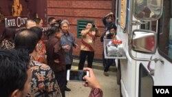 Wakil presiden Jusul Kalla berinteraksi dengan para pemilik food truck asal Indonesia di Washington, DC (Dok: VOA)