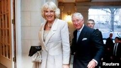 Pangeran Charles dan Camilla, Duchess of Cornwall, tiba dalam resepsi di kediaman Dubes Inggris untuk AS di Washington (17/3).