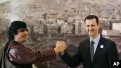 En mars 2008, le leader Lybien de l'epoque Moammar Gadhafi gesticulant avec le president Syrien Bashar Assad, pendant l'ouverture du Sommet arabe a Damascus, Syria.