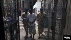 Petugas penjara mengawal seorang tahanan di kamp Guantanamo (foto: dok). Tiga warga Perancis yang ditahan di Guantanamo mengaku mendapat siksaan di penjara.