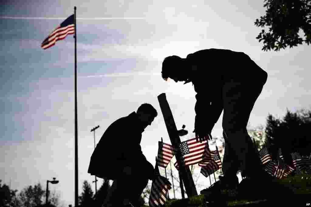 Pensilvaniya ştatının Fladelfiya şəhərində Vyetnam Müharibəsi Memorialında Veteranlar Günü mərasimi