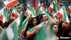 Para warga AS keturunan Iran menghadiri konvensi di California untuk menyatakan dukungan atas demo nasional di Iran, di Los Angeles, California, 11 Januari 2020. (Foto: Reuters)