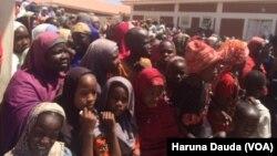 Mata 'yan gudun hijira a wani sansani a Borno