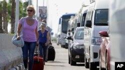 旅客带着行李走向埃及机场(2015年11月7日)