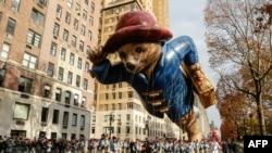 紐約梅西百貨公司感恩節大遊行中,帕丁頓熊形狀的氣球飄揚