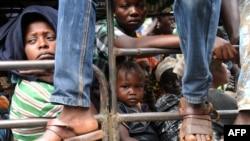 Para pengungsi dari Damara menuju Bangui, Republik Afrika Tengah (3/12).